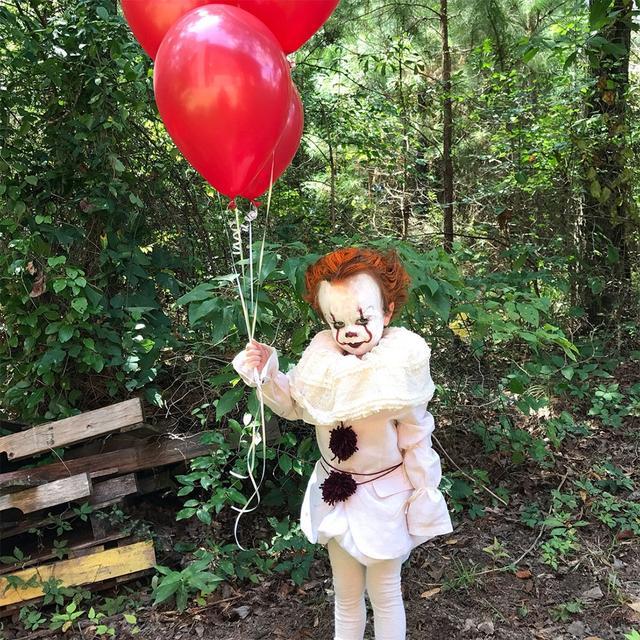 17岁的密西西比州摄影师 Eagan Tilghman 把弟弟打扮成史蒂芬金知名小说《小丑回魂》(It)中的小丑 Pennywise 。他不但亲手为弟弟化妆,还制作出令人毛骨悚然的服装,效果惊人保证让你过目不忘,就连翻拍电影的导演 Andy Muschietti 都称赏不已。