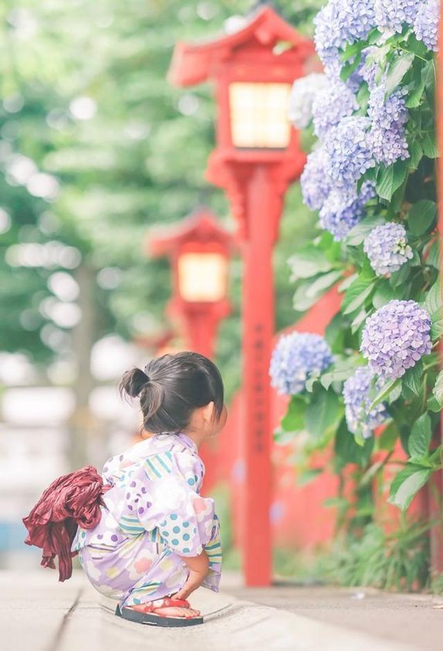 """都说女儿是爸爸上辈子的情人,最近,日本一摄影师Takashi分享了一组女儿的偷拍照,引来数十万网友狂点赞,羡慕不已地表示:""""有个女儿真好啊!"""""""