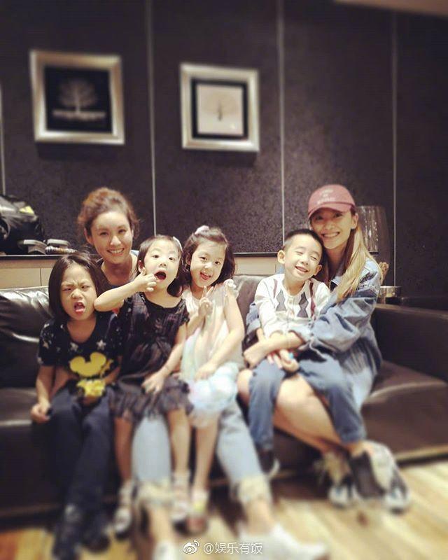 11月18日,应采儿晒出与刘畊宏两家聚会的照片,Jasper在妈妈怀里眯眼笑敲可爱!还和小泡芙妹妹一起玩游戏,可以看出两家关系非常好。