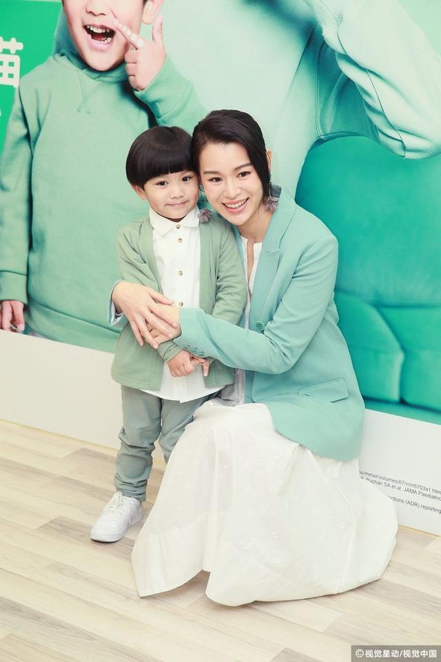 2019年1月8日,香港,胡杏儿出席喷鼻式流感疫苗代言人发布会。她身穿薄荷绿色外套,皮肤白皙令人羡慕,和小演员亲密互动尽显母爱光环。