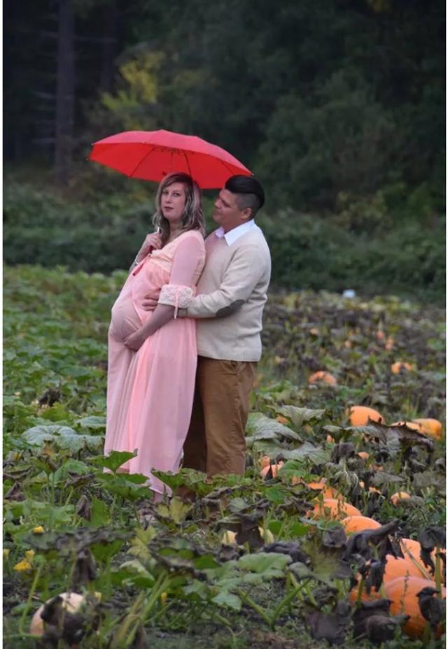"""加拿大不列颠哥伦比亚省的一对年轻夫妻在金色南瓜地里拍摄孕妇照,为了迎接即将出生的宝宝,不料,拍摄过程中妻子突然分娩并""""生下""""外星人!现场画面令人毛骨悚然!然而,仔细看,却发现这其实是这对小夫妻开的一个玩笑。"""