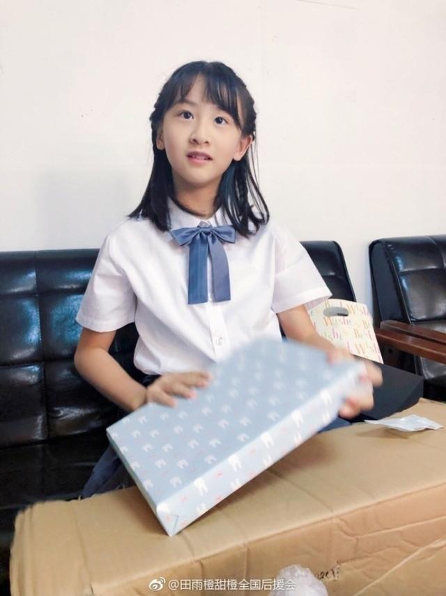 14日,森碟后援会在微博晒出了一组森碟提前收到10岁生日礼物的照片。照片中,森碟身穿白色短袖衬衫,加个可爱的蓝色蝴蝶结,灰色的小短裙,柔顺的中长发,一身学院风打扮,让森碟看着好清新。