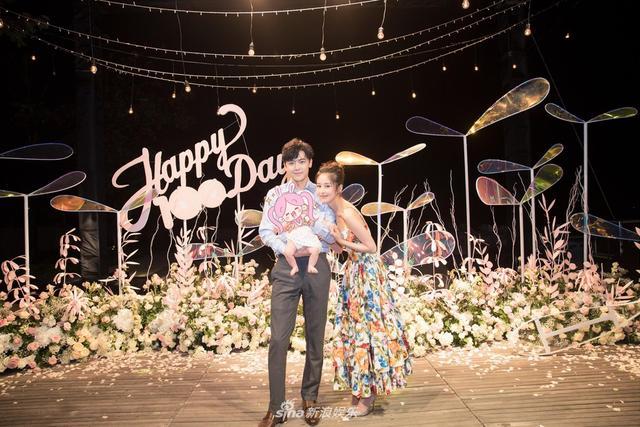 """14日晚,付辛博颖儿在巴厘岛为爱女举办""""百日宴"""",并与亲朋好友一道庆祝甜蜜时刻,一家三口首度同框,其乐融融。"""