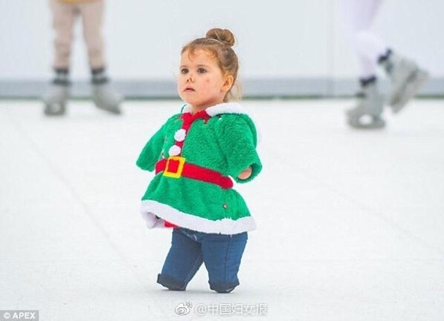 近日,英国女孩Harmonie-Rose Allen和家人一起在位于英国萨默塞特郡的埃文谷探险和野生动物公园里滑冰。