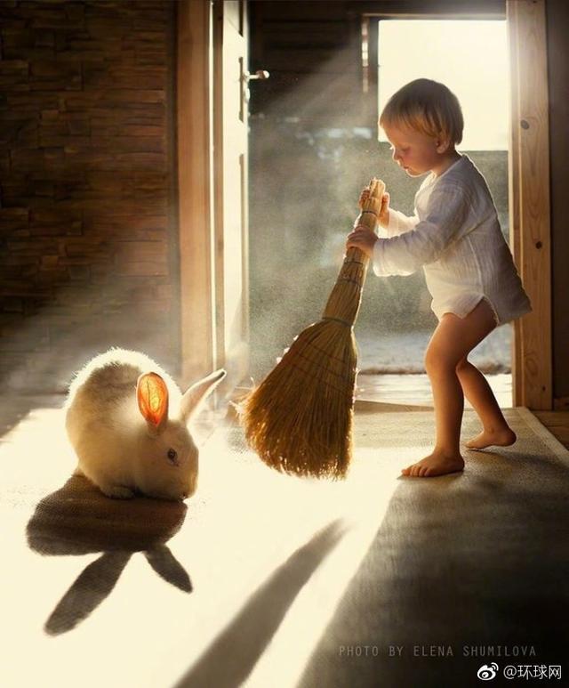 俄罗斯农场妈妈Elena Shumilova,用相机捕捉到了许多儿子与农场小动物们融洽相处的温馨瞬间,像童话里的一样~太梦幻了。