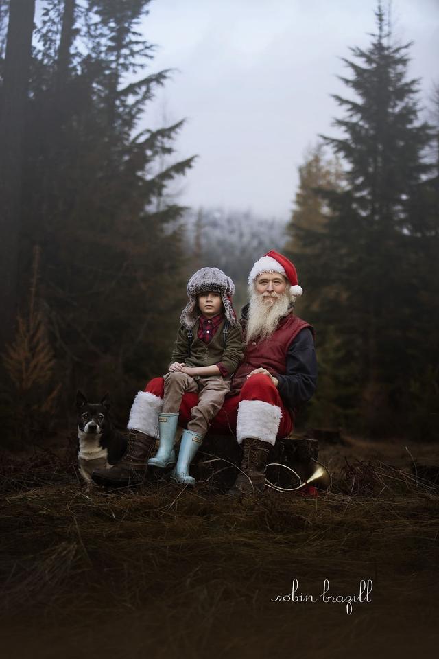 Robin Pederson Brazill是一名摄影师,并且还是两个孩子的妈妈。每年圣诞节的时候他的丈夫都会扮演真人版的圣诞老人,陪着孩子们玩耍。