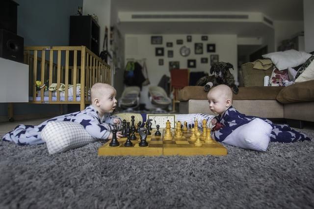 Vainer很幸运的有一对双胞胎宝宝,在刚开始的时候他也会手足无措。但是在慢慢的摸索中他也找到了该如何的去带两个宝宝,并且围绕着这两个可爱的宝宝进行了一番创作,用不同的方式记录了两个宝贝的成长。