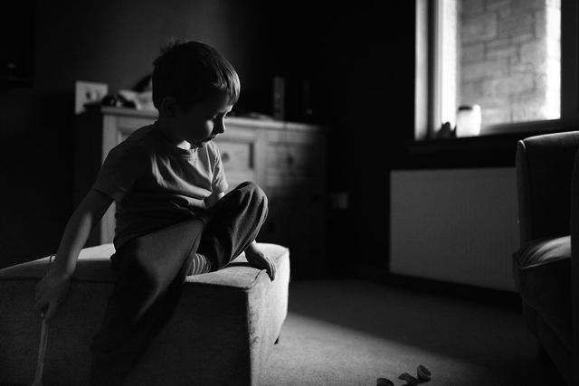 人像摄影师Catriona发现,她很少能够专注的拍摄自己的孩子。随着户外温度逐渐降低,白天也变得更为短暂,似乎让她能够为自己的孩子们拍摄一些照片变得更难。最终,她决定在家中无时无刻拿起相机,记录孩子生活中的点滴时光。无论是彩色还是黑白,都留下美好的回忆。