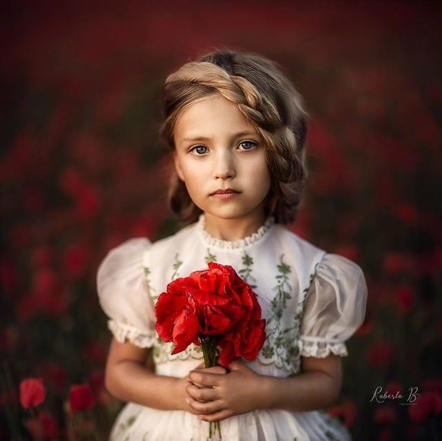 每当女儿发现一种新的花儿,摄影师Roberta就为她拍下一张照片。与花朵交相辉映的小天使,很甜了。