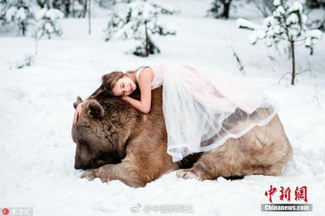 Olga来自俄罗斯,他邀请了一些小萌娃,来到莫斯科一处森林,在这里,他们与一头体重317公斤的大棕熊亲密接触,场面暖心。