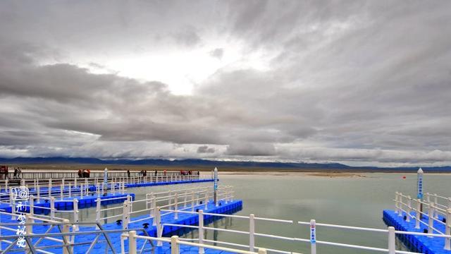 在这里,可以乘小火车深入湖中观光,可以观看现代化大型采盐船采盐时喷水吞珠的壮丽场景,可以欣赏盐湖日出和晚霞的绚丽画卷【图文:新浪博客@刑警视觉】