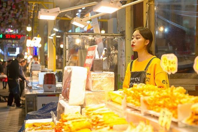 在韩国游玩,传统市场是一定要去的,因为市场内不但有许多地道的美食,也有各种丰富的土特产、纪念品,是逛吃逛吃的绝佳好去处。当我们在束草观光水产市场闲逛的时候,遇到了一位开炸鸡店的美女,颜值颇高。【图文:新浪博客@一柄锈剑】