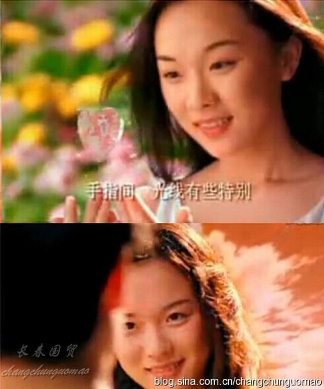 """霍思燕,1980年出生于北京。高中时,在一个艺术节上,霍思燕被导演发现,几天后通知她去参加""""水晶之恋""""的广告面试,结果从几百个试镜的女孩中脱颖而出,被选中拍摄了《泰坦尼克》电影的随片广告。【图文:新浪博客@长春国贸】"""