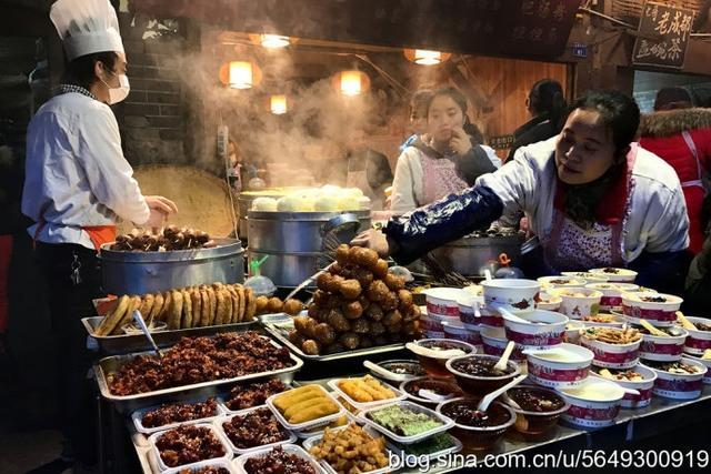 成都锦里,据传曾是西蜀历史上最古老的锦官城,早在秦汉、三国时就闻名于世,因此,向磁铁一般吸引着我。街虽不长,饱含四川的风土人情,成都风味小吃却应有尽有。【图文:新浪博客@呼毕勒汗】
