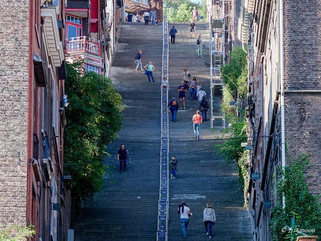 2013年,美国哈芬登邮报选出七处世界最极端阶梯建筑(the most extreme staircases in the world),比利时南部城市列日的布恒山名列第一。大家所熟知的中国天门山排名第4,而吴哥窟的爱情阶梯排第5。布恒山名列第一,确实有它的独到之处。 【图文:新浪博客@千江moon】