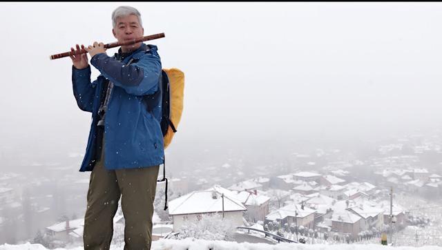 """老鼠皇帝站在山顶,生生用一支竹笛把""""我爱你 塞北的雪""""带到了萨拉热窝。【图文:新浪博客@老鼠皇帝首席村妇】"""