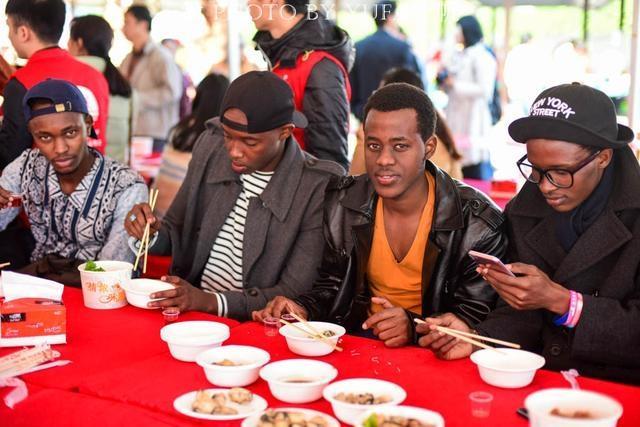 一年一度的钦州蚝情节正在如火如荼的举行之中,这是一个吃货们无法拒绝的节日,非洲小伙子更是坦言,从来没吃过这么好吃的免费美食,简直感动得快哭了。【图文:新浪博客@重庆渝帆】