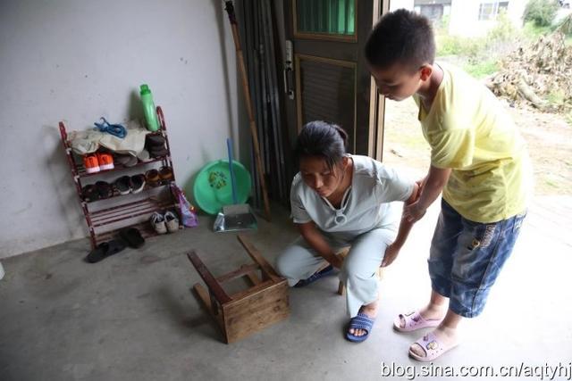 张鑫,男,13岁,今年刚上初一;父亲,严重脊椎病致六十度弯曲,不能直立;母亲,幼年因病致盲,双亲均无劳动能力,还有一位年迈的奶奶,完全靠政府低保度日,这是一个不折不扣的因病因残贫困户。【图文:新浪博客@安庆塔影】
