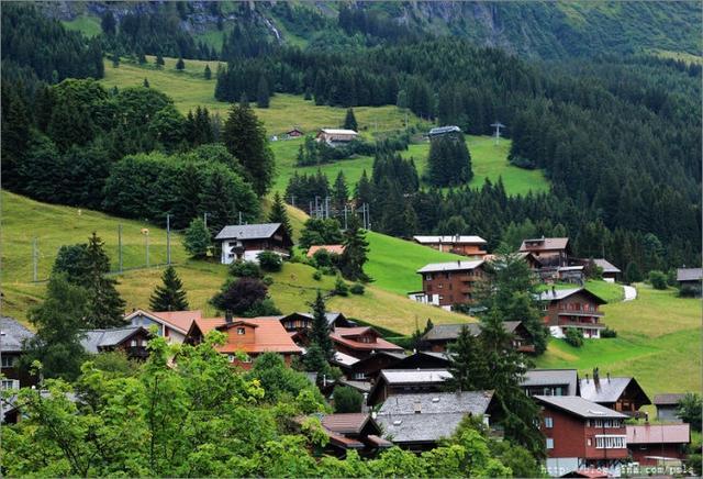 瑞士的小镇个个美若诗画,森林,雪山,小木屋是阿尔卑斯山区小镇共有的特性,文根小镇地处瑞士著名徒步胜地门利兴山的半山腰,文根的下方是深400米的悬崖山谷而上方这是高1000多米的陡峭山崖,小镇至今不通汽车相比其它瑞士小镇这里更加古朴和自然。【图文:新浪博客@蓬山老叟】