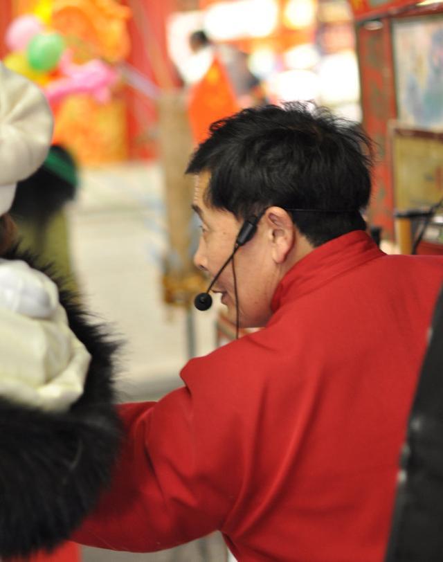 """拉样片又称西洋景,早年由河北人带到京城来,多在庙会、集市上演出,一个人边用绳子拉动灯箱里的风景或人物故事片子,一边演唱,很是热闹。这不,原在鲜鱼口表演拉洋片的天桥艺人大金牙的后人""""小金牙"""",又挪位到大栅栏,表演拉洋片【图文:新浪博客@关山度若飞】"""