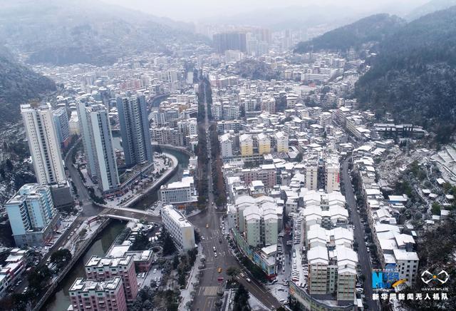 重庆酉阳从1月24日起出现持续降雨降雪天气。截至目前,酉阳全城覆雪,如童话世界。