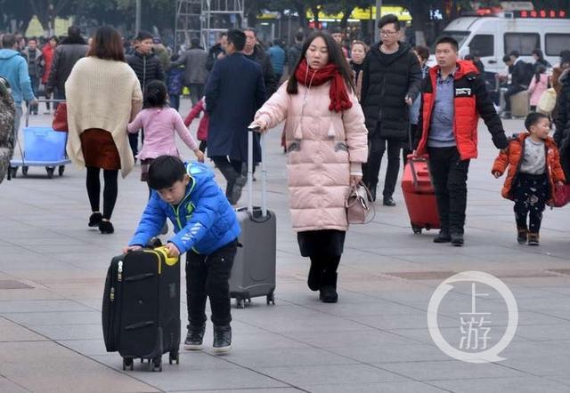 2018年春运临近,火车站开始迎来客流高峰,在外打拼的人们,纷纷踏上回家路。