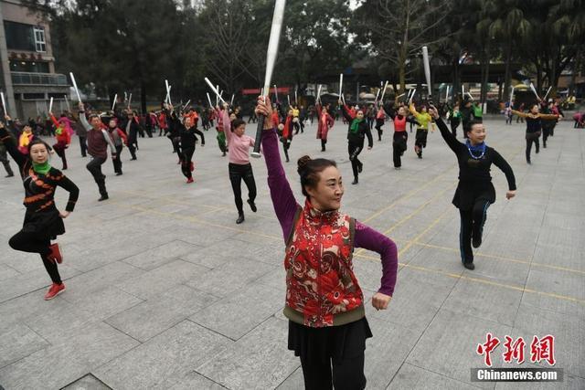 重庆沙坪公园里不少老人拿着棒球棍跳起广场舞。据悉,跳广场舞的老人们平均年龄在60岁以上,棒球棍是该广场舞蹈的一个道具。陈超 摄