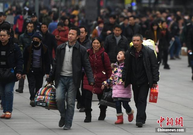 1月29日,春运临近,重庆火车北站南广场上大量的旅客踏上返乡路。陈超 摄