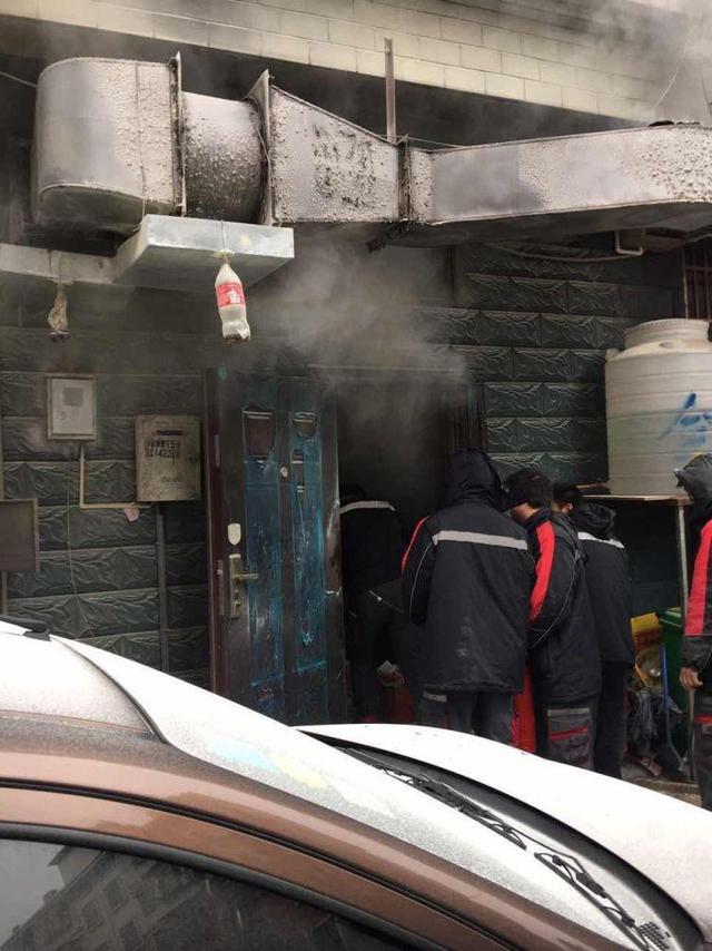 浙江义乌市一家饭店的厨房内,有三个小伙拿着灭火器向明火处猛喷,厨房外面,一群人排着队,每人手里拎着一罐灭火器,当厨房里的人被烟熏得受不了退出来,后面的人立即顶替他冲进去……