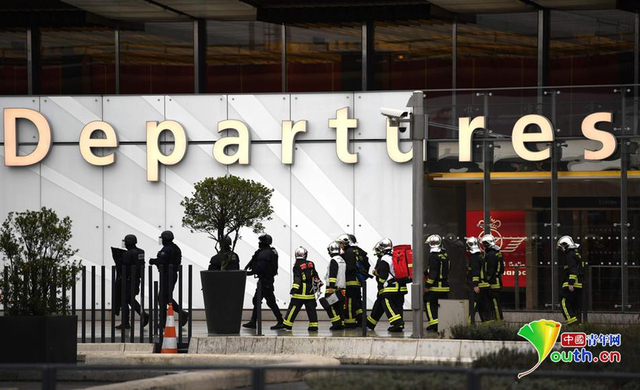 当地时间2017年3月18日,法国巴黎,一名男子在奥利机场抢夺一名士兵的枪被安全部队射杀。目击者称枪击事件发生后,机场紧急撤离了所有人员。内政部门表示无人在此次事故中受伤。
