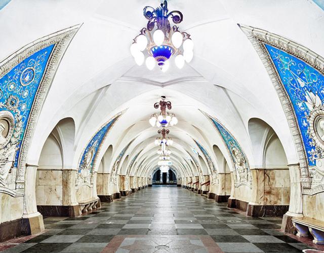俄罗斯首都莫斯科地铁站的建造与装饰十分华丽。   加拿大摄影师大卫·博德尼近日征得允许,拍摄停运状态下的莫斯科地铁站,站内空无一人,富丽堂皇的地铁站如同皇宫或博物馆。
