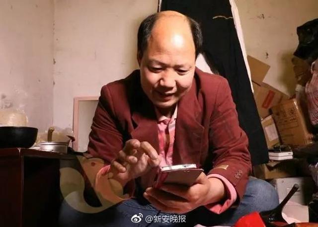 """据钱江晚报:他叫许文涛,今年46岁,既不是完全的女人也不是完全的男人,医学诊断为两性畸形。他目前的社会性别是男性,但被束缚在身体里的""""她""""一直没有停止过挣扎。青春期以后,他每月都会来大姨妈。他手机淘宝的购物纪录中最多的是高跟鞋。"""