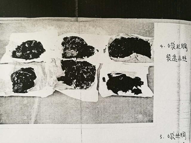 古尸身上的丝绸被扯碎后的照片