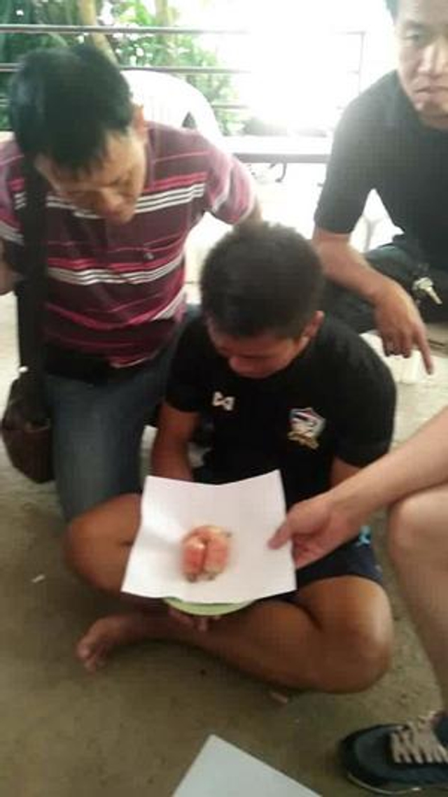 7月16日报道,泰国清迈一名毒贩手持两个盒子,内藏有两只鸡,形迹可疑,被警方发现。由于两只鸡的腹部肿胀,警员于是为它们开肚,结果发现它们被毒贩强迫吞下7个内装1400粒冰毒的安全套。警员事后勒令毒贩向两只鸡道歉。