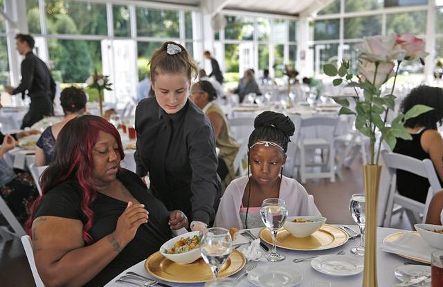 近日,美国印第安纳州25岁的女孩萨拉o康明斯(Sarah Cummins)在婚礼不久前临时取消了婚约,为了避免宴会食物浪费,她慷慨地邀请了当地的流浪者前来享受美食盛宴。