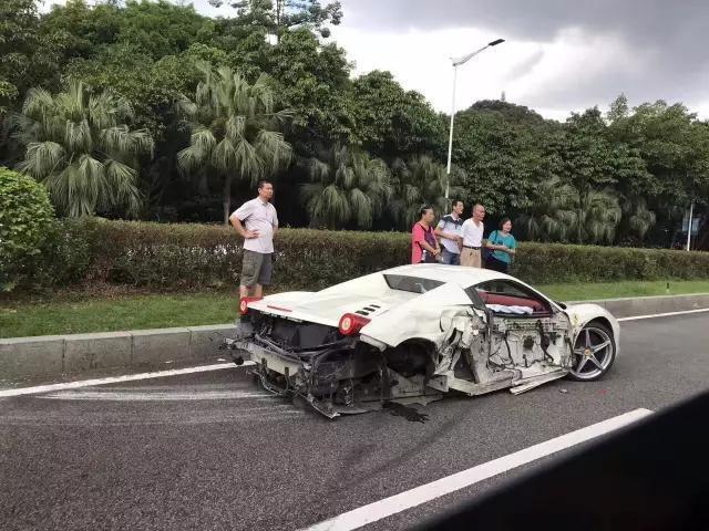 7月15日上午11点左右,广东东莞市东城迎宾路虎英公园发生一起三车碰撞的交通事故。在此次事故中,一辆价值数百万元的法拉利跑车两个车轮被撞脱落,两个车门和后尾箱严重变形,还有一辆宝马车也伤得不轻。