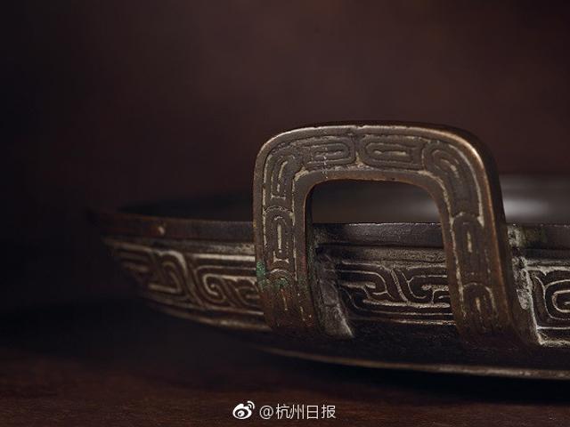 """这只""""平底锅""""其实是唯一存世的南宋宫廷旧藏西周重器国宝·兮甲盘。这次亮相是在西泠印社2017年春拍。1.2亿元人民币起拍,最终以1.85亿元人民币落槌,2.1275亿元成交,创造古董艺术品中国拍卖纪录! """"兮甲盘""""是《诗经》的主要采集者尹吉甫的遗物,自南宋时入藏皇宫,后入民间,元代时甚至曾被作为炊饼用具使用,便有了""""平底锅""""一梗。"""