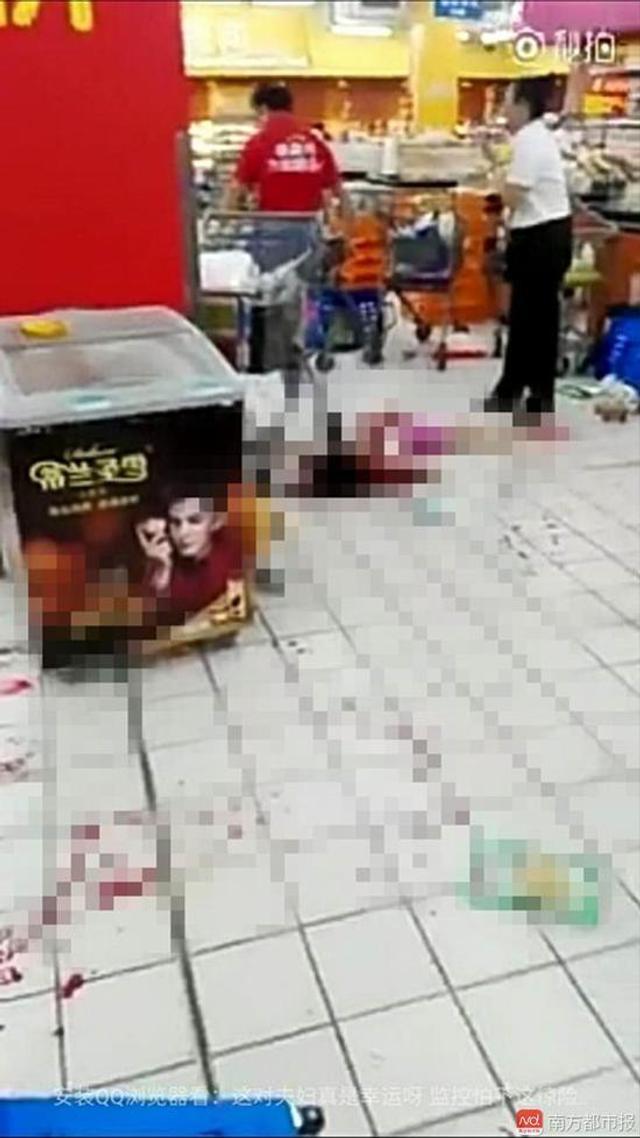 7月16日21时许,深圳宝安区西乡金港华庭沃尔玛超市内,一名男子持菜刀伤人。