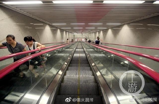 位于重庆市大江北区红黄路南北两侧的轨道6号线的红土地站,处在地下60米,是标准防空洞深度的3倍,深度居全国地铁站第一。分四层,乘坐扶梯需要3分多钟,超过了位于重庆两路口的亚洲第二长的皇冠大扶梯。(重庆晨报)