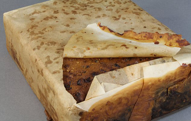 国际在线专稿:据英国《每日邮报》8月10日报道,一块106年前的水果蛋糕近日在南极洲一个偏远的小屋里被发现。蛋糕保存完好,外面用纸包装,被包裹在一个锡盒里。