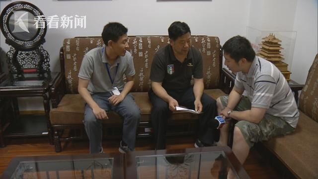 家住上海市虹口区飞虹路237弄宝元小区的潘先生向看看新闻Knews反映,他家的玻璃窗近日被人打了两个小洞。潘先生虽说随即报了警,但至今心有余悸。