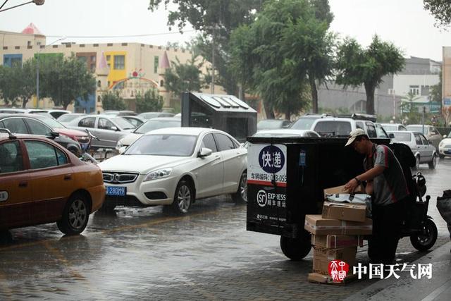 8月12日清晨,北京城区瞬间降下倾盆大雨,北京市气象台已经发布雷电和暴雨预警,周末尽量减少出行,外出伞别离手。预计周末两天仍多雷阵雨天气,雨量分布不均,局地有短时强降水和雷暴大风等强对流天气;明天最高气温将下降到26℃,非常清凉。 (摄影:赵嫣嫣)