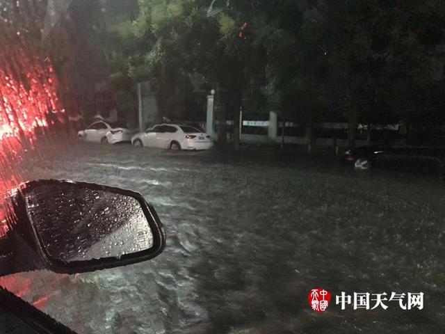 """昨日(11日)湖北襄阳出现短时强降水。截至今晨08时,襄阳过去24小时累计降水达到48.3毫米,且主要降水集中在昨日22时,小时雨强达到40.6毫米。在急促猛烈的强降雨影响下,襄阳城区""""一秒钟变泽国"""",道路渍水较为严重。(图/尤雪 襄阳市气象局 文/郭炳欢)"""