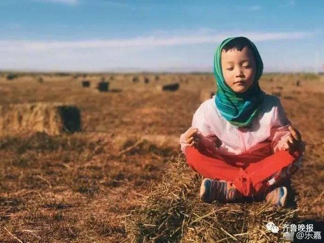 近日,主持人乐嘉连发数条微博分享与女儿首次参与沙漠徒步的活动的过程引起热议。