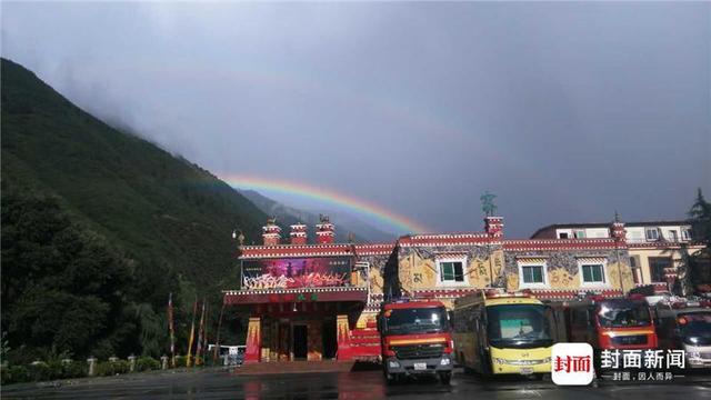 8月12日下午,九寨沟县下了一场大雨,雨停了后,在四川消防救援队伍的临时指挥部上空,烟雨缭绕的群山衬托下,呈现两轮美丽的彩虹。绵阳消防支队干事张金拍下了这个瞬间。摄影 张金