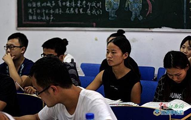 9月11日,在离南昌理工学院不远的金牛小区,该学院的学生赵金凤搀扶着偏瘫的母亲在散步。来源:江南都市报