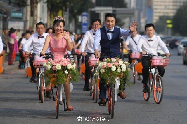 9月9日,辽宁沈阳,一场特别的婚礼吸引眼球。新郎焦石和新娘王璇二人骑着共享单车赶往新房和酒店,加上伴郎、伴娘一共30台单车,车队费用只有30元。据悉,新人有此想法,双方父母都很开明,觉得想法不错。