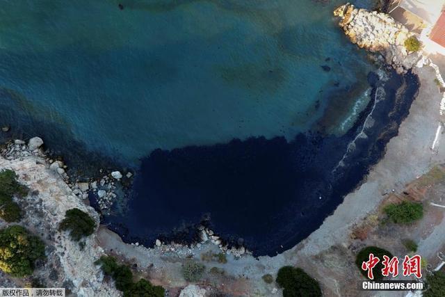 """当地时间2017年9月12日,希腊萨拉米斯岛,一艘悬挂有希腊国旗的AGIA ZONI油轮10日晚驶离""""阿斯普罗皮戈斯""""炼油厂后,在比雷埃夫斯港和萨拉米斯岛之间的阿塔兰塔岛西南水域发生沉船事故,船上有2200吨重油和370吨船用轻柴油。事故原因暂且不明。"""