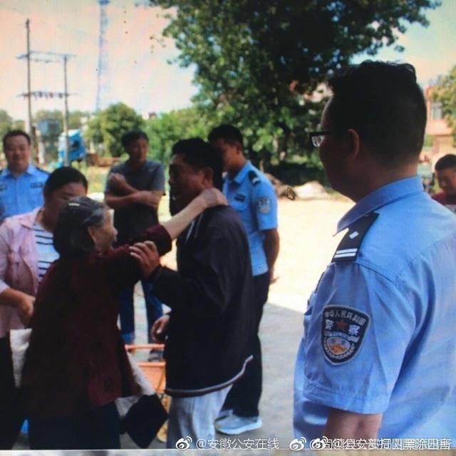 9月7日,@固镇县公安局刘集派出所 民警在进行入户走访时,发现76岁老人杨某孤身一人且操着外地口音。原来老人于1997年前后走失,辗转多地流浪至固镇。民警通过细致工作,终于联系到其家人。流浪二十年的老人终于回家了。