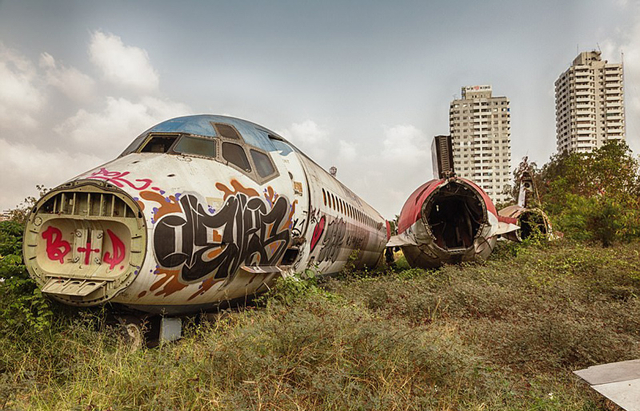 近日,瑞典摄影师克劳迪奥o西伯(Claudio Sieber)造访了泰国曼谷东部一片奇特的荒地:一架大型波音747飞机和两架MD-82喷气式客机被遗弃在此,当地几户人家向前来参观的游人收取费用。